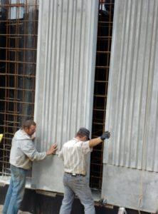 Монтаж фактурних стінових панелей для влаштування підпірних стін