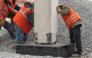 Кріплення колони з фундаментом шляхом з'єднання закладних деталей з анкерними болтами фундаменту