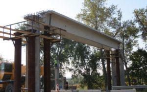 Змонтовані мостові балки довжиною 16,7м