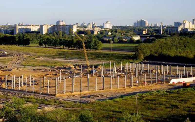Смонтированные колонны с закладными деталями пр-ва «Обербетон». Стр-во ТРЦ «Retroville», г. Киев